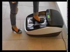 Überschuhmaschine STEPSTAR zieht Folie über die Schuhe